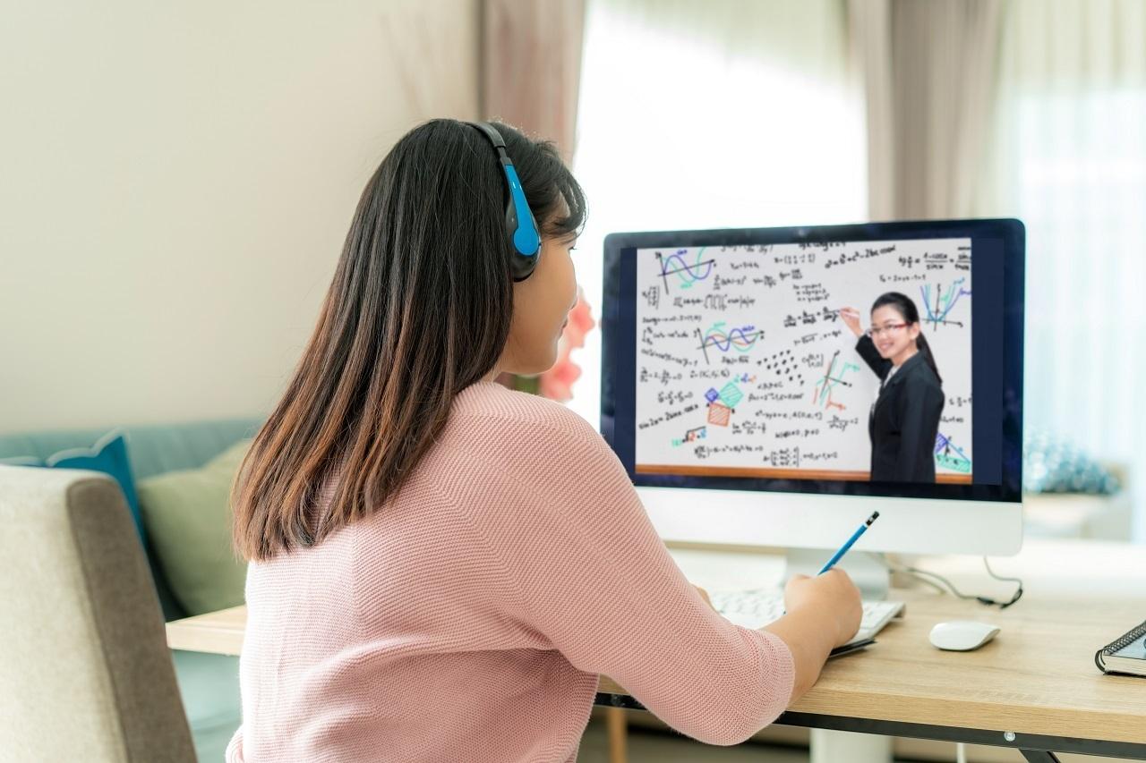 An attendee viewing the talk of an online speaker